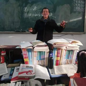 """二十八年""""借眼""""授课,获""""马云乡村教师奖"""""""