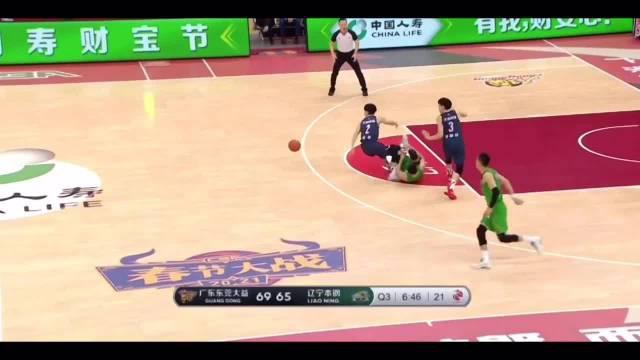 赵继伟运球中踩到了胡明轩的脚,扭伤了自己的右脚脚踝!