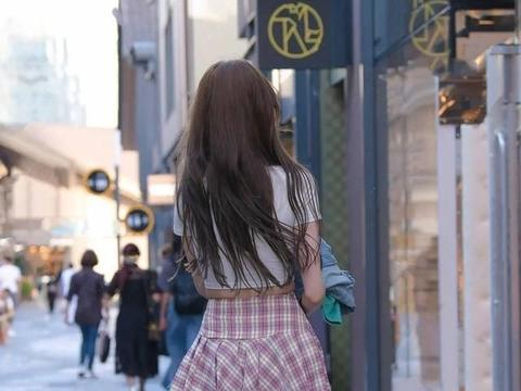 连衣裙的紧身穿搭,让你尽显身材,搭配出不同风采