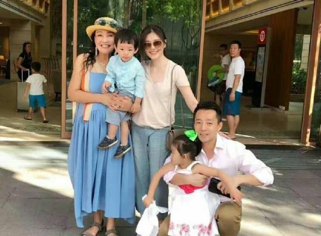 5岁汪希箖穿白色卫衣阳光帅气,五官像大S