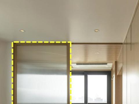 都是卧室隔断,日本给下方装不到半人高玻璃推拉门,地面当换鞋凳