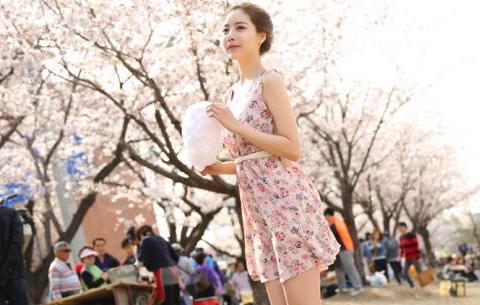 晴天美图:道晖芝,小清新碎花无袖连衣裙