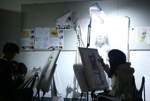 美术生高考选什么专业好?七个专业招生最多,设计类报考热度高