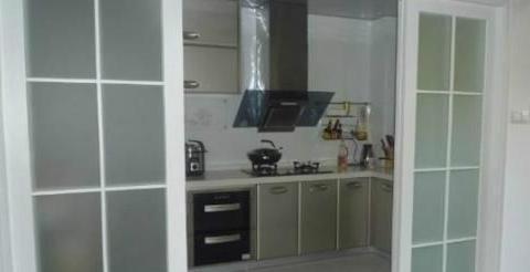 厨房不要再装推拉门了,折叠门使用起来方便美观,深受年轻人喜欢