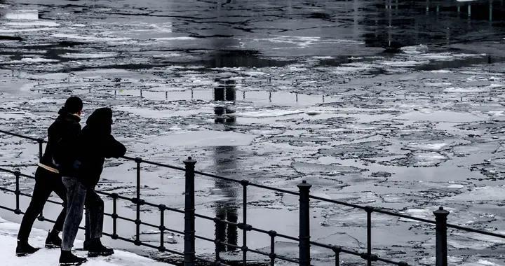 德国柏林低温天气 施普雷河面漂薄冰