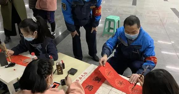 带着笔墨纸砚来到公交站场 孩子们用这样的方式迎接新春