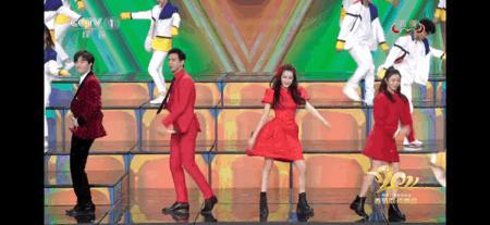 迪丽热巴红色泡泡袖公主裙跳舞像小朋友