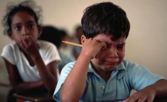 孩子写不出《放学路上的风景》而急得大哭:写作文得从小打好基础
