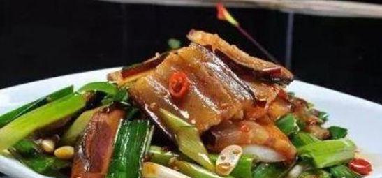 精选美食:香辣烧鸡爪,辣子烧肥肠,蒜炒腊肉,四味小炒的做法图3