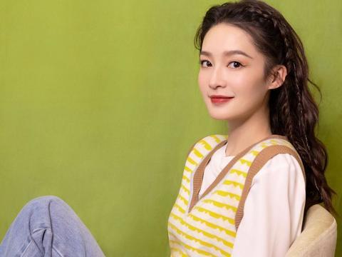 这才是减龄少女装,李沁春节扮嫩成功,黄色条纹背心配白T