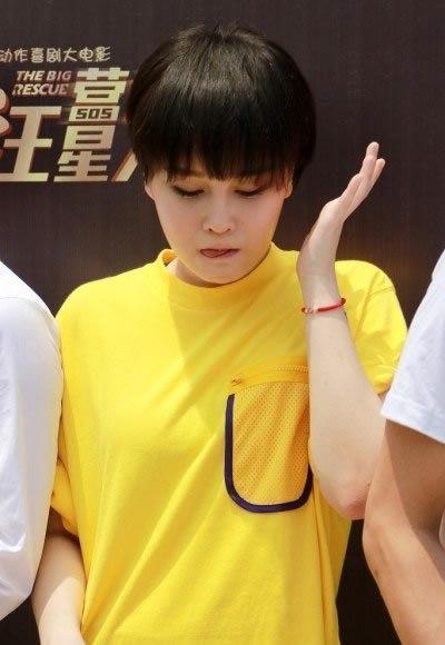 赵本山20岁女儿赵一涵短发现身,网友纷纷表示:越看越像关婷娜