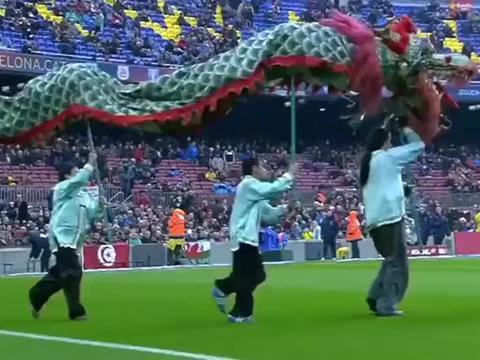 中国舞狮现身巴塞罗那球场,你没看错,这是体育频道不是春晚