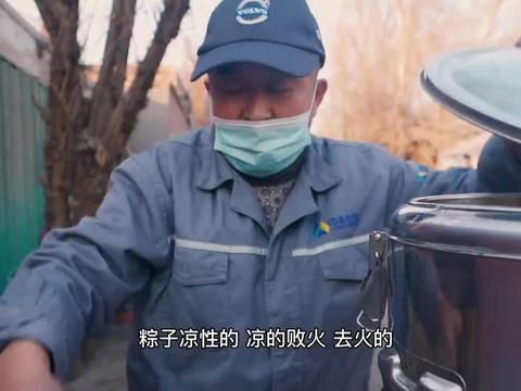 新疆吐鲁番35年路边摊卖粽子,浇上糖稀软糯冰甜,7元2个吃到满足