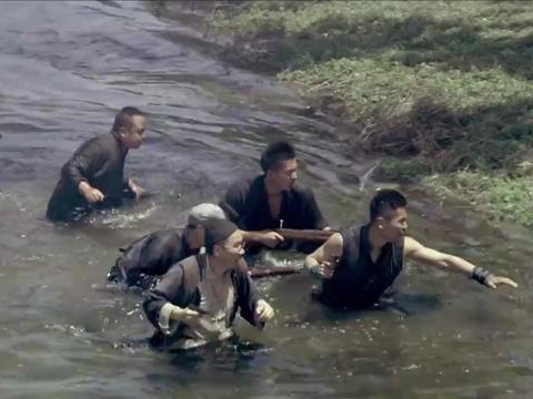 战旗:鬼子发起猛烈进攻,八路受到重创,金戈用桐油救了大伙!