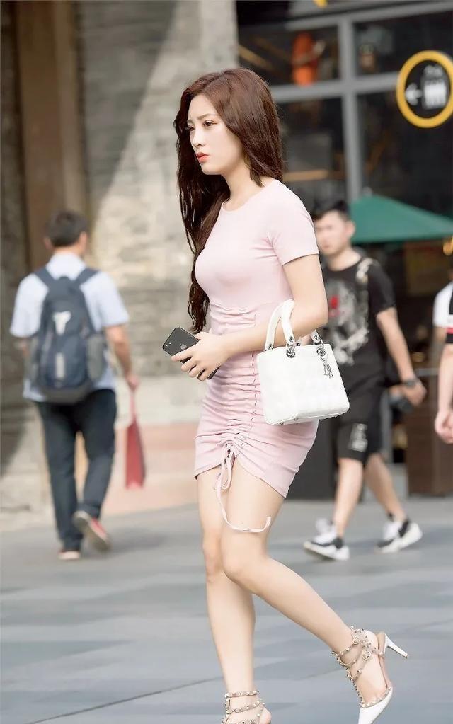 粉红色时装,搭配白色铆钉高跟鞋,有着不同寻常的风情与魅力图2
