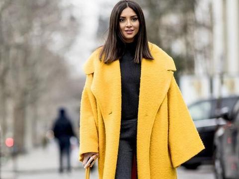 长款呢子大衣配什么样的内搭才好看?黑色毛衣最保险,简单又时尚