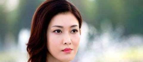 37岁李彩桦晒泡温泉美照,素颜状态让人羡慕
