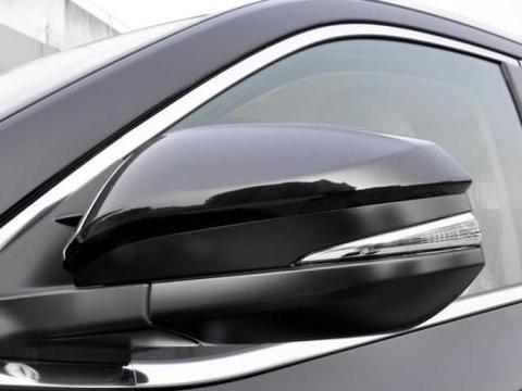 丰田汉兰达车身设计很大气,梯形前脸,将霸气两个字完美体现