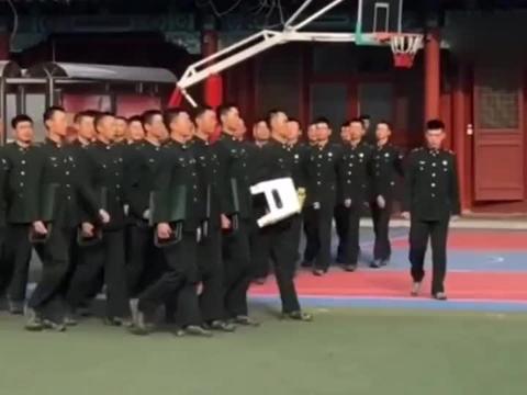 没戴军帽的三军仪仗队也很帅气,手里拿着板凳队伍仍排排成线!