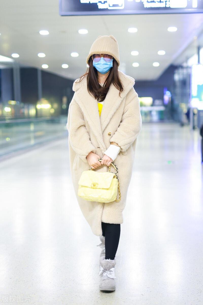 孟子义穿米色羊羔绒外套现身机场,搭配灰色雪地靴保暖时髦