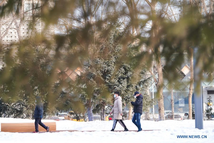 People walk in the Xiangjiang Park in Harbin City of northeast China's Heilongjiang Province, Feb. 18, 2021. Yutian sub-district of the Limin development zone and Jianshelu sub-district of Hulan District, both in Harbin, have been downgraded to areas of low COVID-19 infection risk on Thursday. Harbin has so far cleared all areas with medium and high COVID-19 infection risks. (Xinhua/Wang Song)