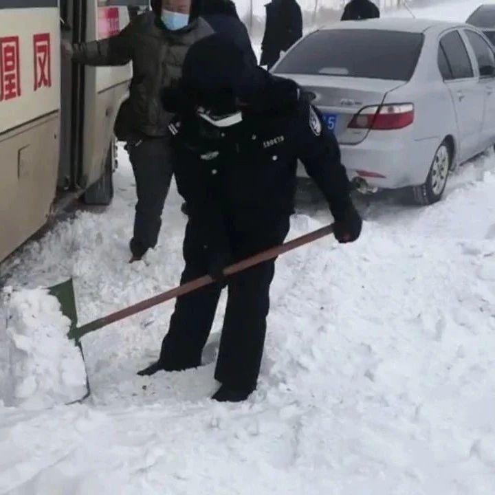 鸡东多辆车被大雪困住,民警徒步两公里紧急救助!