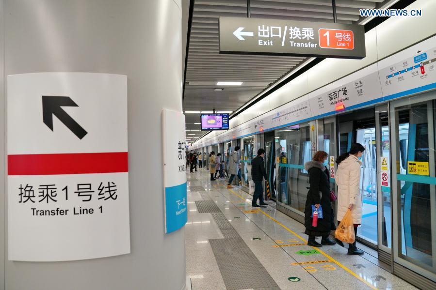 Passengers get on train at Xinbaiguangchang Station in Shijiazhuang, north China's Hebei Province, Feb. 19, 2021. Shijiazhuang resumed all-around subway operation with COVID-19 prevention measures on Friday. (Xinhua/Mu Yu)