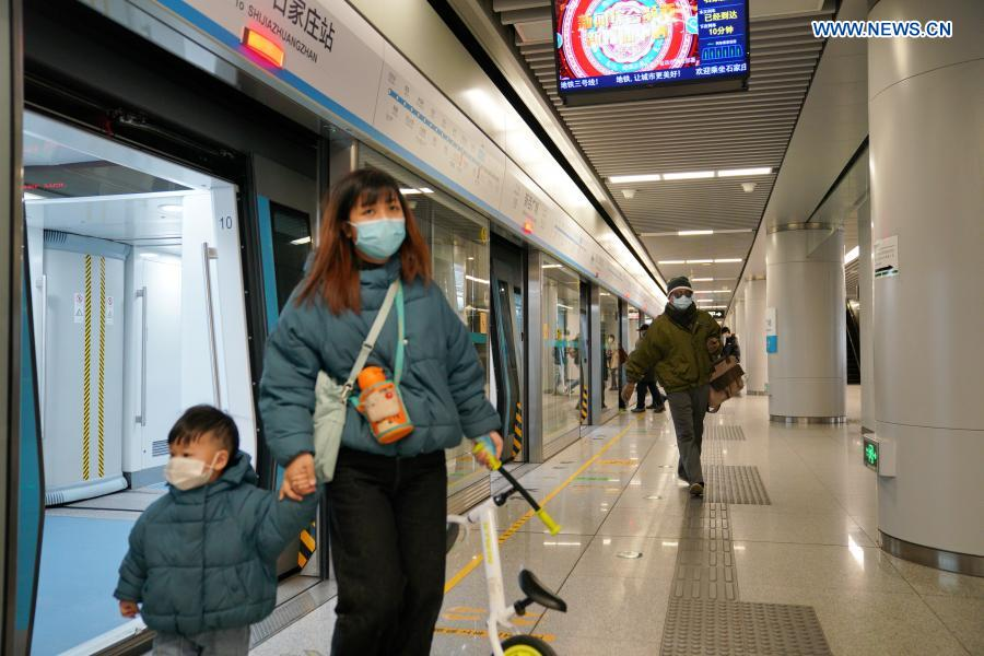 Passengers get off a train at Xinbaiguangchang Station in Shijiazhuang, north China's Hebei Province, Feb. 19, 2021. Shijiazhuang resumed all-around subway operation with COVID-19 prevention measures on Friday. (Xinhua/Mu Yu)