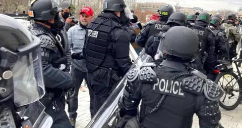 国会骚乱中与冲进国会大厦的人自拍,美国警察被停职