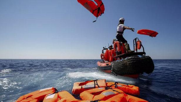 意大利海岸警卫队搜寻沉船难民