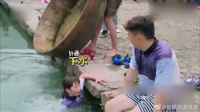 黄磊父女游泳比赛,多多一秒跳进水中,全程英文交流太聪明了!