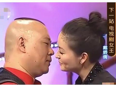 郭麒麟宋轶拍吻戏,男方害羞到耳朵通红,老爸郭德纲遇吻戏险瘫倒