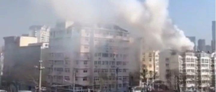 青岛人民路一居民楼发生火灾,现场浓烟滚滚(多图+视频)
