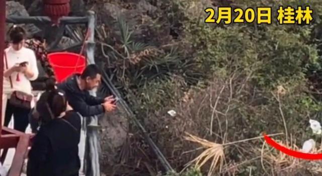 广西一女游客在桂林举手机四处拍风景 竟拍到清洁工意外举动令人愤怒