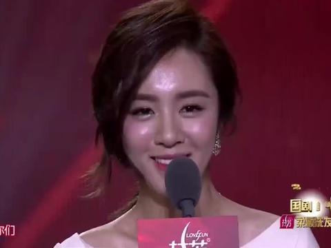 宝藏姐姐王晓晨荣获大奖!一袭白色长裙缓缓走上舞台,太美了!