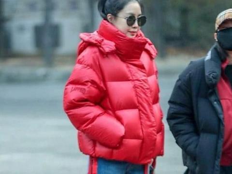 孙娜恩超亮眼造型抓拍,大红棉衣照样美如画,回头率是超高的