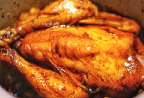 电饭煲版豉油鸡,鸡肉滑嫩入味,满屋子香喷喷,刚出锅就被抢光