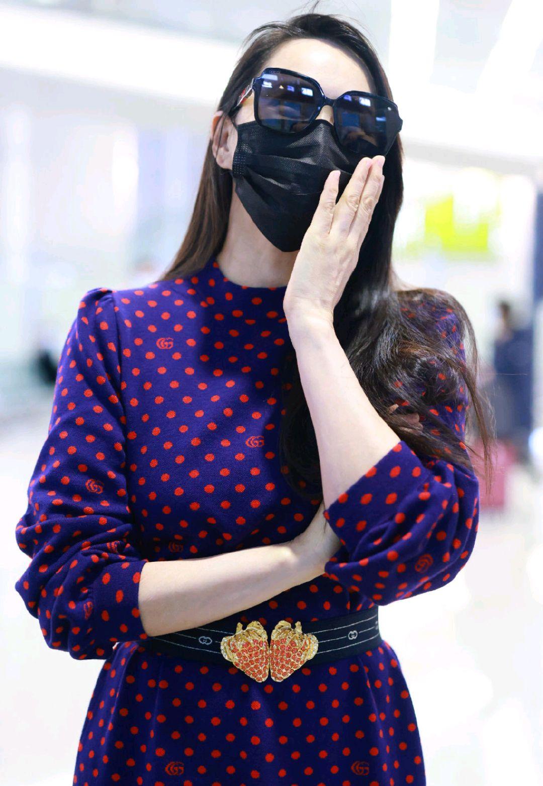 伊能静的少女感太明显,一袭波点连衣裙优雅温柔,草莓腰带超可爱