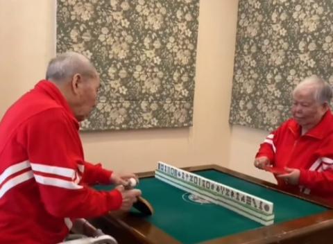 奥运冠军邓亚萍晒父母打球,爸妈都是优秀运动员,母亲特有富态