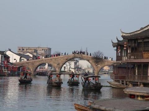 上海有一座古镇,位于淀山湖畔,小桥流水人家,宛如一座江南水乡