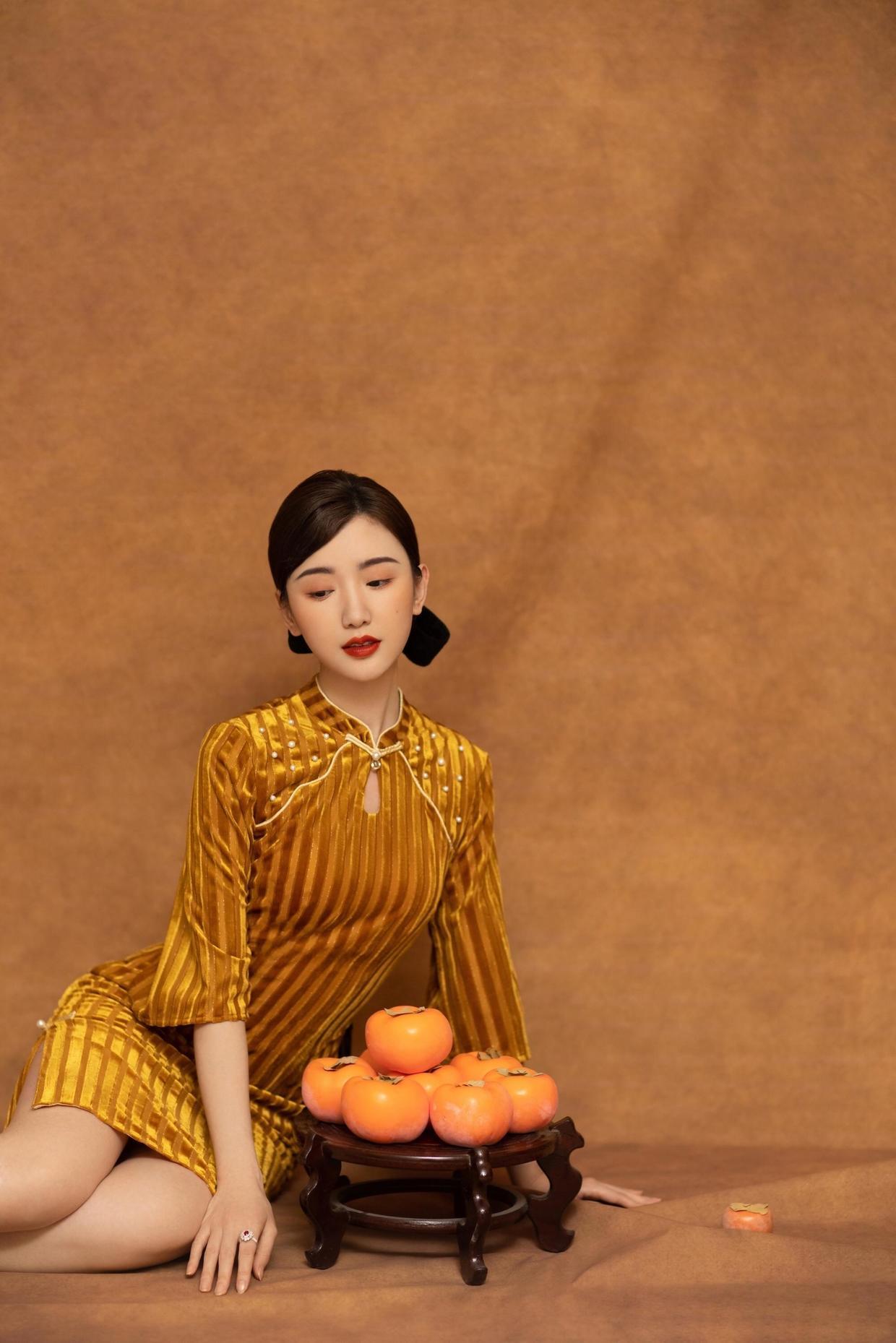 """有种""""古典美""""叫毛晓彤穿旗袍,金色丝绒旗袍温婉大气,美得惊艳"""
