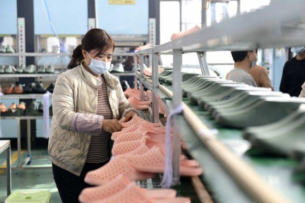 安龙县慈溪·安龙万洋众创城贵州佰莱克斯实业有限公司生产车间 工人正在生产凉拖鞋