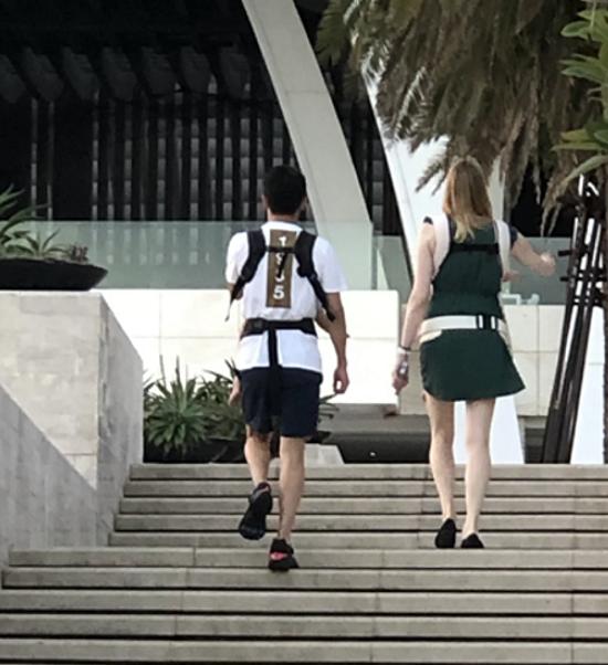 撒贝宁一家四口度假,老婆穿短裙露大白腿,俩娃抱在胸前像小挂件