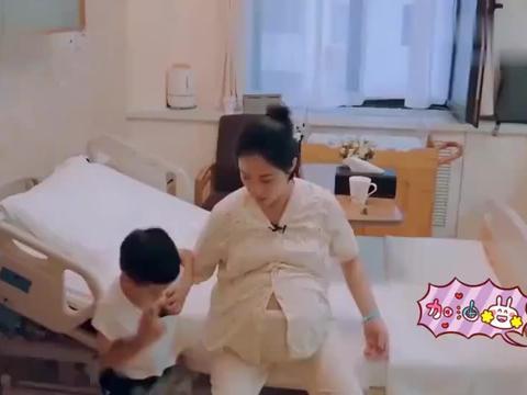 赳赳舍不得离开妈妈,爬刘璇的肚子上哭闹,王弢看得直冒汗