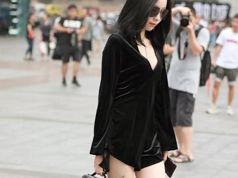 黑色的丝绒V领裙,一种贵妇气质不断散发,太迷人了