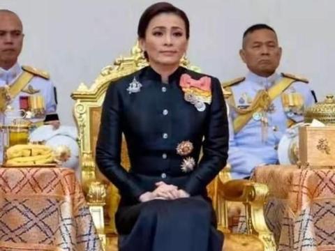 泰国王后太憋屈!苏提达穿职业套装大气又端庄,身体笔直像站军姿