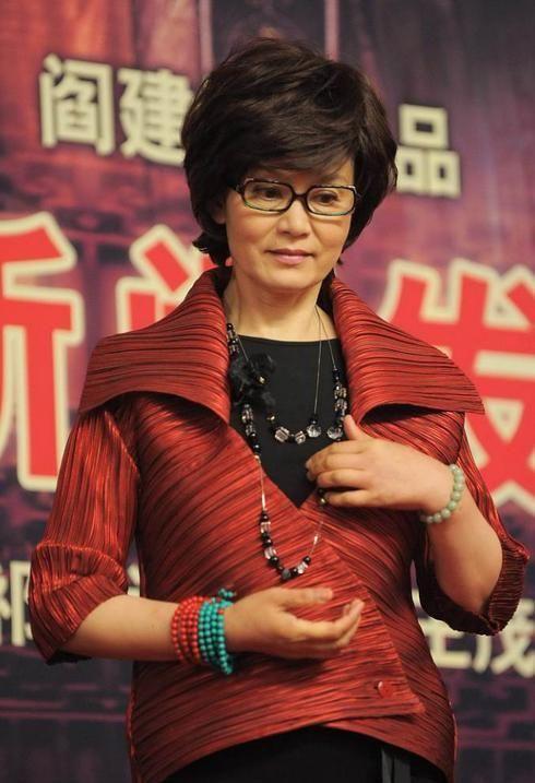 67岁潘虹难得高调一回,穿大翻领红装配黑色长裙,美成优雅贵妇