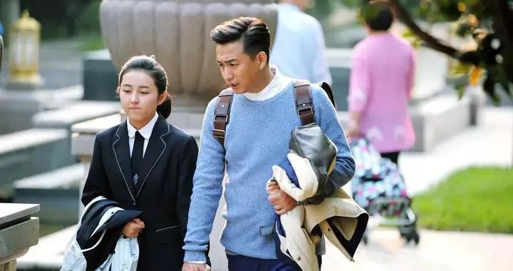 爸爸VS妈妈接送孩子上学,三个差异明显,学校更推崇这个人接