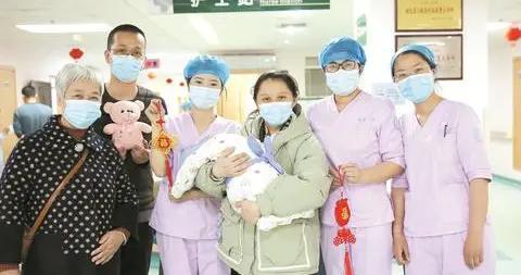 """早产儿在温箱里过春节 幸得""""临时妈妈""""细心照顾 宝妈手写感谢信致谢医护"""