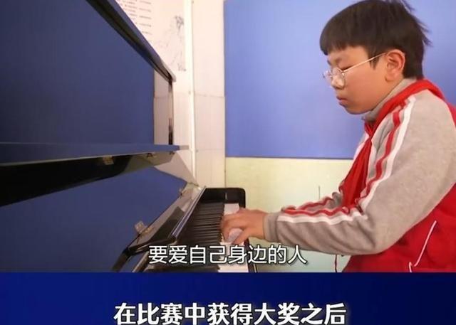 江苏小学生比赛赢2.8万钢琴后赠给学校,母亲:懂得感恩支持孩子